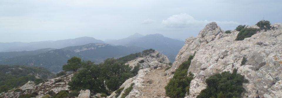 Blick von einem steinigen Weg auf verschiedene Bergkämme - gesehen auf einer individuellen Wanderung auf Mallorca