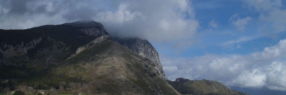 Blick während der Wanderung im Cilento auf einen Berg, im Hintergund blauer Himmel