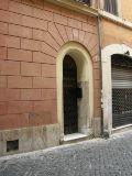 Blick auf eine Hausfassade mit Eingang - Übernachtung während einer individuellen Wanderung in Italien