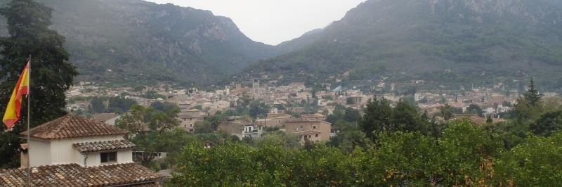 Blick auf viele verschieden Häuser und Gebäude innerhalb eines Dorfes - gesehen auf einer individuellen Wanderung auf Mallorca
